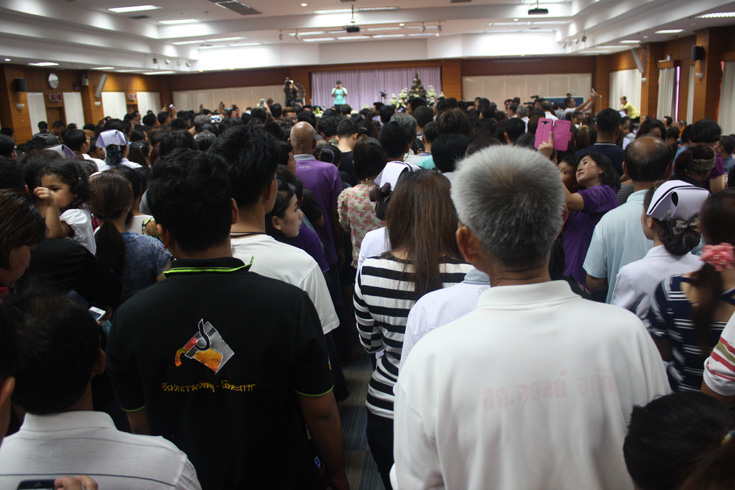 People queue to pay their respects to Laung Phor Koon at Maharat Nakhon Ratchasima Hospital on Saturday (May 16, 2015).