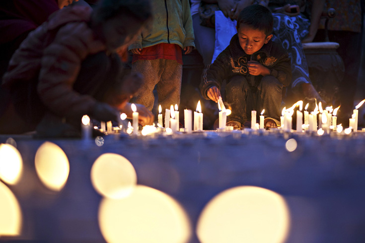 People take part in a candlelight vigil to pay tribute at Boudha Stupa to victims of the April 25 earthquake that struck Nepal, in Kathmandu, May 7, 2015.
